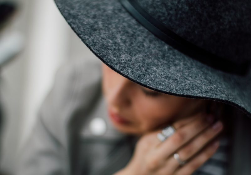 Elegant beautiful woman with hat and jewelry manners | The Sublime Woman